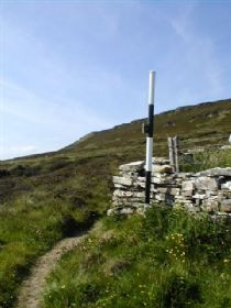 waymark post with knowe of yarso on the skyline