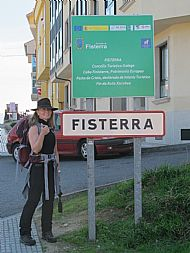 Lisa at the sign for our destination (Finisterre)