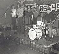 Bij Dansstudio Becht, 18 februari 1967, op bierkratjes