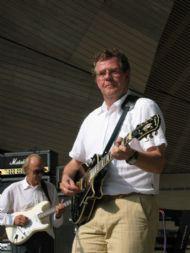 Timo Brouns, slaggitaar/zang
